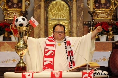 图文-波兰牧师为欧洲杯疯狂牧师主持仪式