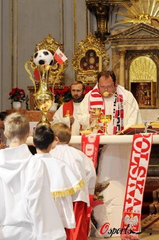 图文-波兰牧师为欧洲杯疯狂牧师与球迷一起祈福