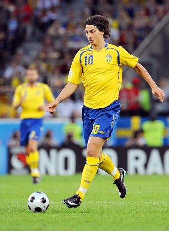 图文-[欧洲杯]俄罗斯VS瑞典伊布抬头寻找对手空挡