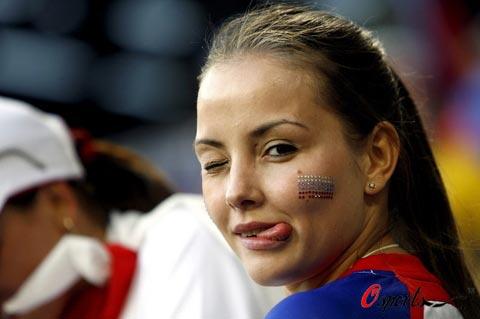 图文-瑞典俄罗斯球迷热情观赛俄罗斯美女垂涎欲滴