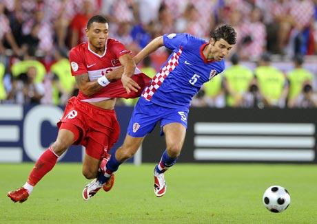 图文-[欧洲杯]克罗地亚VS土耳其卡齐姆抢球很狡猾