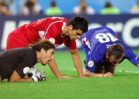 图文-[欧洲杯]克罗地亚VS土耳其三个男人为一个球