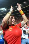 图文-西班牙队夺得欧洲杯冠军拉莫斯胸前藏球