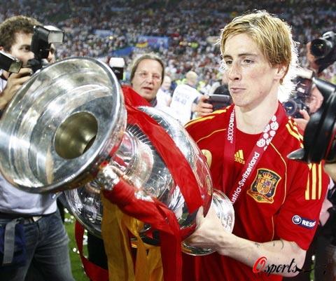 图文-西班牙队夺得欧洲杯冠军托雷斯仔细欣赏奖杯