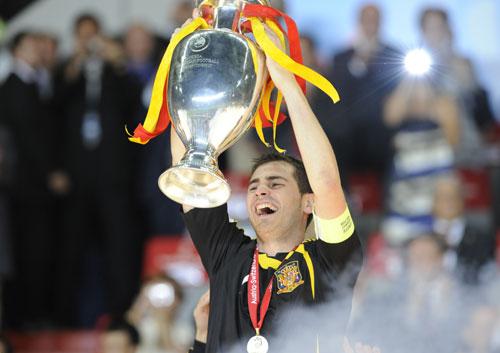 图文-西班牙队夺得欧洲杯冠军卡西容光焕发