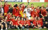 图文-西班牙队夺得欧洲杯冠军斗牛士围绕奖杯庆祝