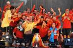 图文-西班牙队参加夺冠庆典雷纳高歌一曲