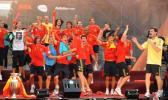 图文-西班牙队参加夺冠庆典球员在台上活力四射