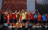 图文-西班牙队参加夺冠庆典卡西队长接受欢呼