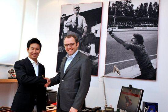 小林可梦伟与法拉利运动主管多梅尼卡利