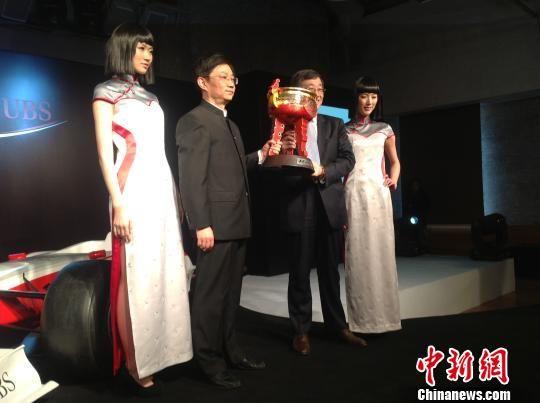 图为为F1中国大奖赛十周年全新打造的冠军奖杯。 宗晨亮 摄