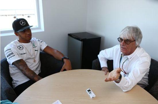 汉密尔顿和伯尼联合出席F1官网的采访。