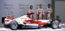 图文-F1丰田车队发布新车 三位车手伴随新车左右
