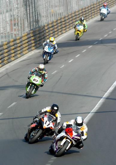 图文-澳门格兰披治摩托车赛参赛车队鱼贯而行