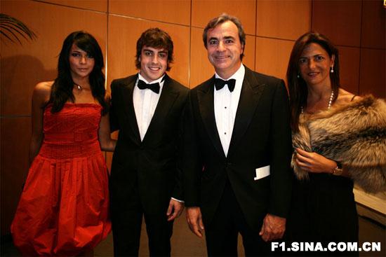 图文-2007FIA年度颁奖阿隆索和女友同塞恩斯夫妇合影