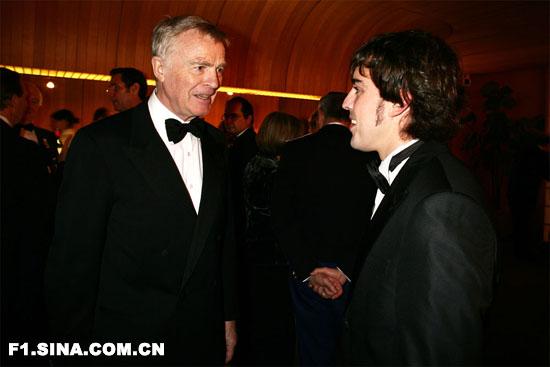 图文-2007FIA年度颁奖莫斯利和阿隆索笑谈
