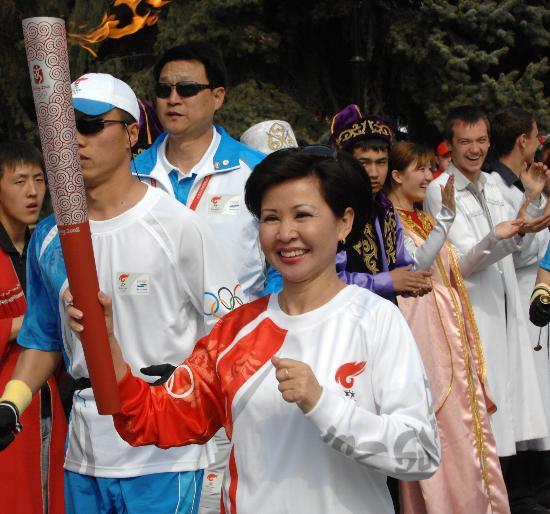 图文-北京奥运圣火在哈萨克斯坦传递 观众服饰特别