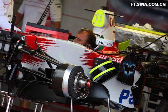 图文-F1车队备战英国GP丰田技师开始装车