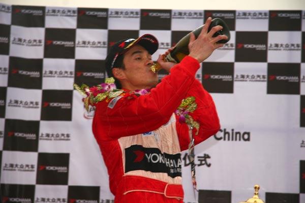 图文-POLO杯总决赛第10回合总冠军许伟端品尝香槟