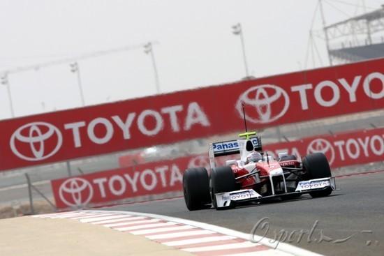 图文-F1巴林试车第5日特鲁利驶过丰田广告背板