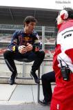 图文-F1巴塞罗那试车首日马克-韦伯和丰田技师交谈