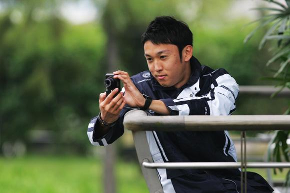 图文-F1中国站周四人物扫描中岛一贵摆弄迷你相机