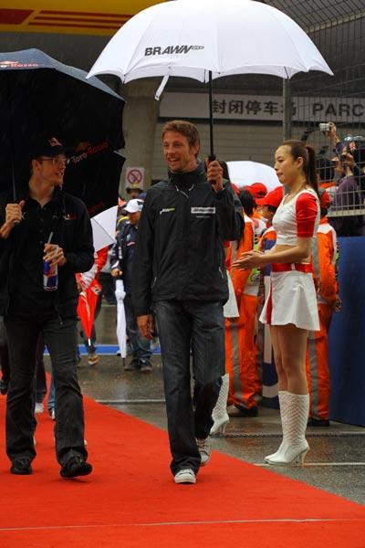 图文-F1中国站正赛一触即发帅哥巴顿与伯尔戴斯