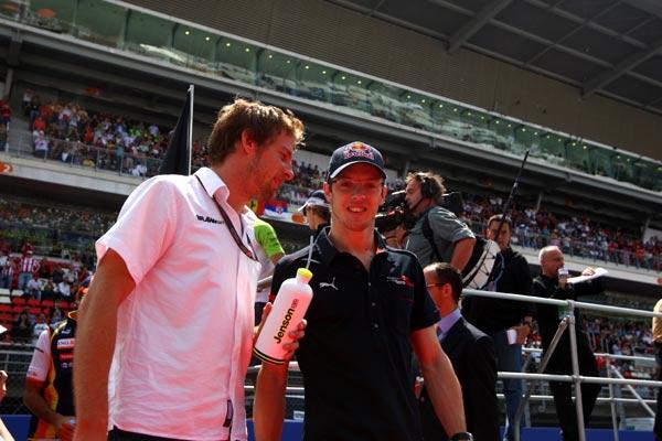 图文-F1西班牙站正赛前扫描巴顿与伯尔戴斯交谈