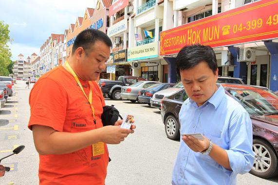图文-中国东盟拉力赛抵新加坡他乡遇故知