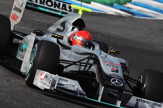图文-F1赫雷兹试车次日舒马赫红头盔很耀眼