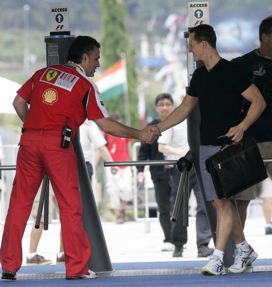 图文-F1车手抵达雪邦赛道法拉利人员招呼车王
