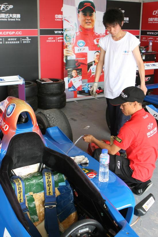 图文-中国方程式揭幕战首日大赛技师为赛车加油