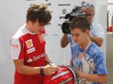 阿隆索给小车迷签名