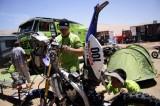 技师对摩托车检修