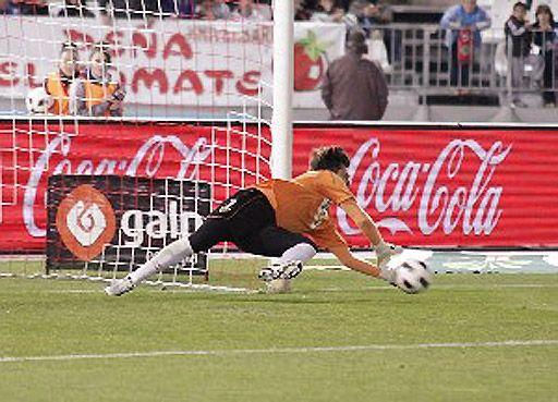 迭戈-阿尔维斯在对桑坦德竞技队的比赛中扑出了他3年半以来的第10个点球