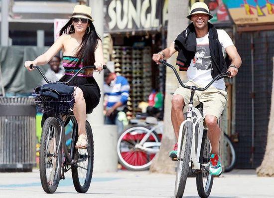 阿科尔与新欢骑单车