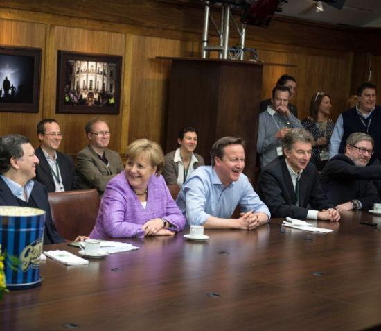 德总理默克尔和英首相卡梅伦并肩观看决赛 他们一起见证了神奇
