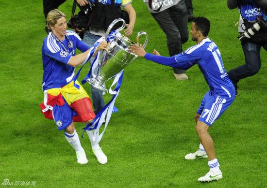 托雷斯从队友手中抢过欧冠奖杯