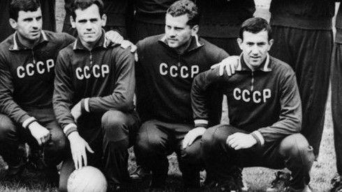 波内德尔尼克(右二)与自己的队友们一起