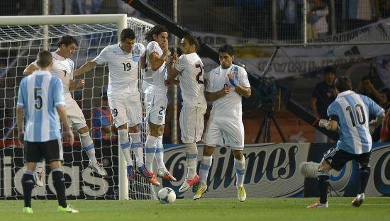 对乌拉圭的比赛中,梅西射出任意球贴地窜入网窝