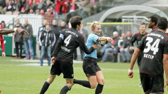 德球员场上公然耍流氓 龙抓手摸美女裁判乳房