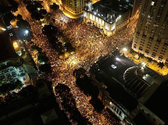 街头挤满人流