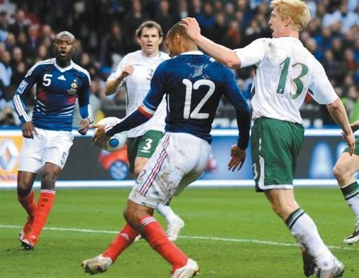 四年前的11月19日,法国与爱尔兰附加赛加时赛,亨利两次非常明显用手停球,助攻加拉斯头球打进空门。