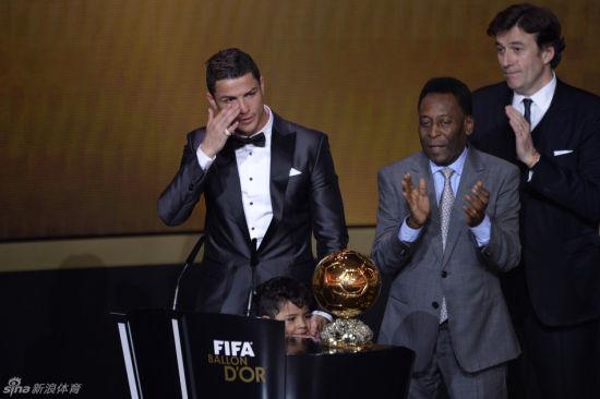 C罗哭着领取了2013国际足联金球奖