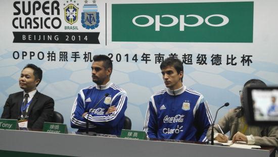 阿根廷主力门将罗梅罗(左起第二位)