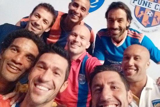 日前,效力印度超级联赛的部分球星一起拍摄自拍照