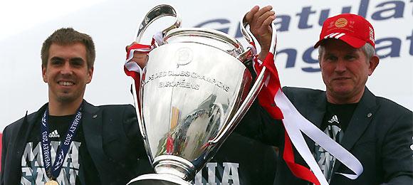 高清-拜仁带欧冠奖杯回家 专机挂队旗空姐列队欢迎