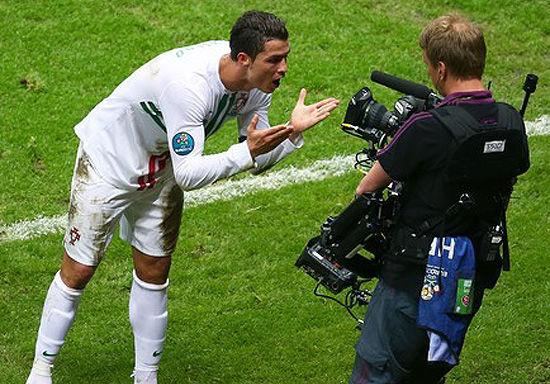 "C罗进球后对着镜头说的是什么?综合来看,最靠谱的还是""Para ti""(进球献给儿子)"