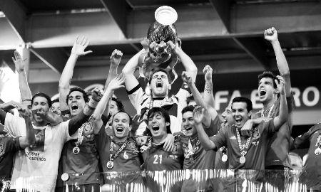 西班牙队庆祝夺冠