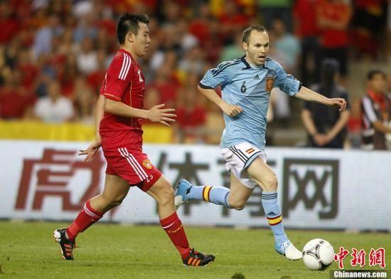 图为西班牙球员伊涅斯塔(右一)带球突破。图片来源:Osports全体育图片社